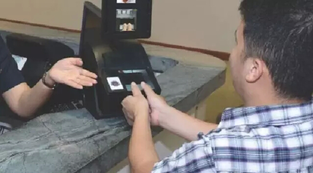 新加坡所有出入境旅客都需留双手拇指指纹才能通关